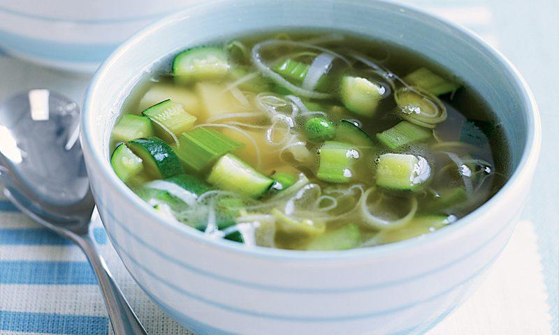 מרק ירקות בתוספת בצל וכרישה
